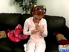 Teenager non colpevole baby sitter Riley mostre Timido fuori la sua conturbante
