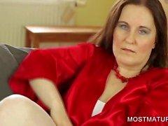 Büyük göğüsler gösteren stockinged anne