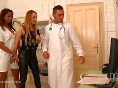 Blue Angel und Katia de Lys haben einen wilden Dreier in der Klinik