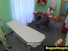 Doktorlar Ofis masasında on açılan asıl amatör bir