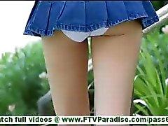 Karina sexy de fesses blonde dans le panties court clignotantes de clignoter de jupe moule et caresser la chatte en plein air