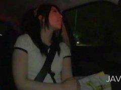 что она находится в автомобиле и носится милые чулки