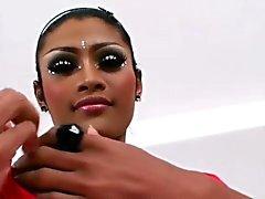 Femboy femenino tailandés en medias le acaricia el gran Dick