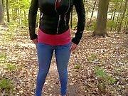 De jenny pisse ses jeans dans la forêt