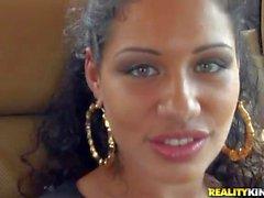 Tanga içinde Oynak Latina chick Angelina