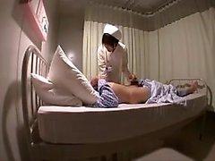Buxom Oriental Krankenschwester in Strumpfhosen erfüllt ihren Hunger nach