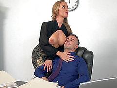 Nicole Aniston patronuna yardım eder, korkunç onu batırılmış mangolarına sızmasına izin verir.