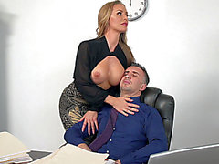 Nicole Aniston ayuda a su jefe, temeroso dejándole engullir a sus mangos empapados