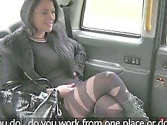 Foutu de escorte britannique dans un taxi fake