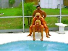 Las doncellas musculosas hacen un poco de detergente coche sexy e relaja en la piscina