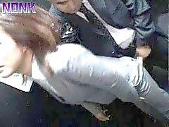 Drunk la mujer de negocios sacando rápidamente Elevator Maniaco de
