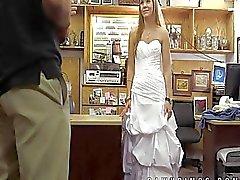 De novia despechada misma vende a la tienda de empeño