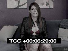 Tranny en rojo Amy Daly se desnuda para un chico