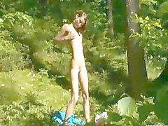 uitkleden kutje in het bos