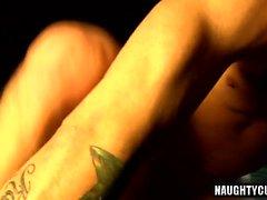 Sexe anal analogue au tatouage avec éjaculation
