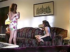 Impertinente duo Lesbiche dai capelli scuri leccano la cuffie umidi quindi fare penetrano con i dildo erotically