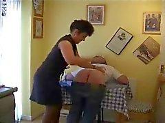 La moglie Spanks sposo sul tavolo da cucina