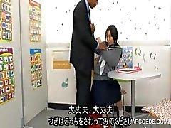 Japansk skolflicka suger kuk
