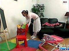 Baby sitter Hot Riley timida argenteria furto di catturati per il suo