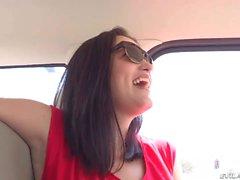 Con suocera del brunette lampeggia il suo cespuglio in auto