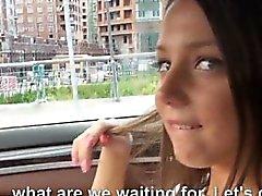Распутная брюнетка подросток девушки Foxy Di анального трахнул в автомобиле