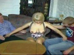 MILF sexy caldo STP5 prende marito e figlio nel bar!