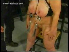 Fette total Mütter Gerät erhält Metallklammern auf ihre groß Titten von vermummten Meister in einem Verlies BDSM