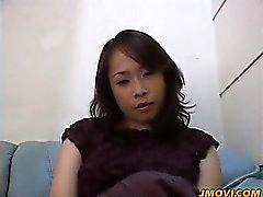 Hot Milf Babe Reiko zeigt ihren großen Arsch in Strumpfhosen