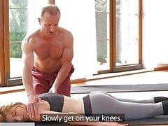 FitnessRooms Schmutzige Yoga-Lehrer auf herrlich Fitness-Modell
