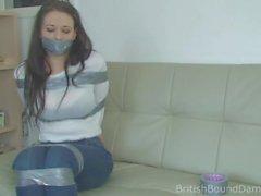 Brunette klebte in Jeans