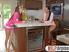Caliente MILF en una 3way con su vecinos adolescentes