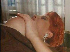 Scène porno classique avec dame habillée élégante