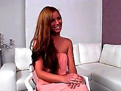 femme agent blondasse mange brunette copeaux