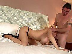 Grosse meloned blonde Candy Manson verfügt über Oral Sex in das Schlafzimmer