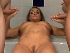 Große Brüste Brunette Hottie hat zwei Schwänze sie ist im Bad Rucken