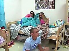 Молодой студент чертовски нянь
