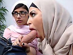 I Mellanöstern kvinnor som delade en lycklig hanen