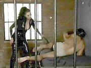 Délicieux Anastasia Pierce donne à la tentation et domine un mec