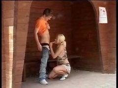 kiimainen-hotty vittu ulkopuolella odottamassa bussi