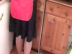 Зрелые обед женщина показывает подглядывание под юбки