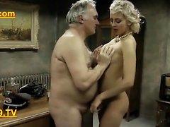 alte Armee Mann nimmt Gefangenen Frauen