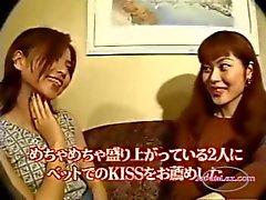 2 Asyalı Kızlar Öpüşme kızlar Dillerikoltuğu On AndOtel Roo InBed On