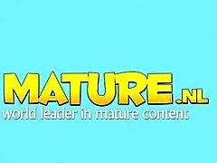 Naturel toying mûr plantureuse dans bas