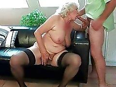 Mémé forte poitrine obtient exhibe sa chatte poilue baisée