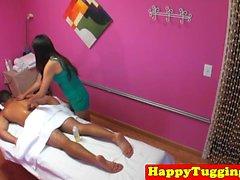 Härlig asiatisk cocksucking klient efter massage