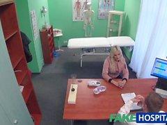 Поддельные пациента больнице блондинку дает минет перед тем, как трахает врача
