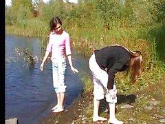 Giovin beltà fingering vicino al fiume