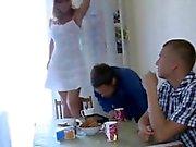 De alex et Angie ont invité leur un ami au cours de cuz ils savaient
