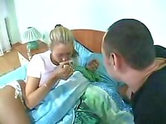 Sex uitgehongerd kerel neukt slapende chick