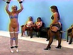Dominatrice à fouetter en lingerie ( top et pantys centre-arrière )